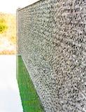 De donkere grijze bakstenen muur van de steentegel Stock Foto