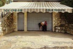De donkere Haarvrouw opent Winkel met Roomijs Royalty-vrije Stock Fotografie