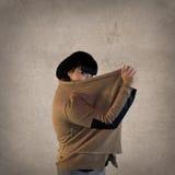 De donkere Haarvrouw verbergt achter Jersey Stock Fotografie