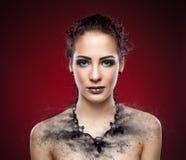 De donkere halsband van de vrouw expodes in stukken Stock Afbeelding