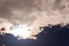 De donkere hemel betrekt achtergrond Stock Foto's