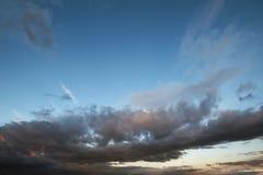 De donkere hemel met blakwolken brengt onweersregen bij de zonsondergang Royalty-vrije Stock Fotografie