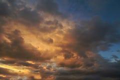 De donkere hemel met blakwolken brengt onweersregen bij de zonsondergang Stock Afbeeldingen