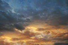 De donkere hemel met blakwolken brengt onweersregen bij de zonsondergang Stock Foto