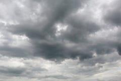 De donkere hemel met onweerswolken (achtergrond) Stock Foto