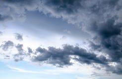 De donkere hemel met regenwolken behandelde de hemel Stock Afbeelding