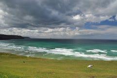 De donkere hemel van de Atlantische Oceaan, Cornwall, Engeland, het UK Stock Fotografie