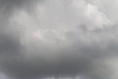 De donkere hemel van regen betrekt zich het vormen in de hemel in concept cli Stock Foto