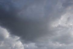 De donkere hemel van regen betrekt zich het vormen in de hemel in concept cli Royalty-vrije Stock Foto's