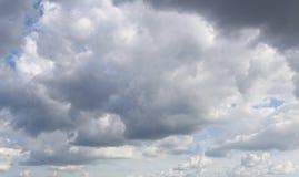 De donkere hemel van regen betrekt zich het vormen in de hemel in concept cli Stock Foto's