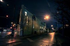 De de donkere hoek en steeg van de stadsstraat bij nacht Stock Afbeeldingen