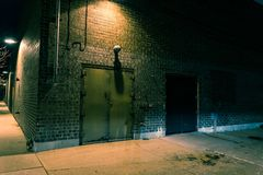 De donkere hoek van de stadsstraat bij nacht Stock Fotografie