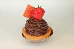 De donkere hoogste aardbei van het chocolade ganache scherpe dessert Royalty-vrije Stock Foto's