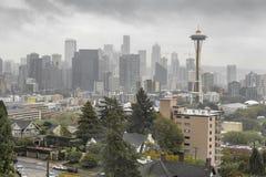 De donkere horizon van Seattle met Ruimtenaald Royalty-vrije Stock Foto's