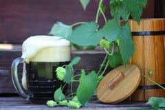 De donkere houten aard van het bierglas Stock Afbeeldingen