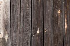 de donkere houten planken met lichte vlekken, worden verticaal gevestigd Stock Afbeelding