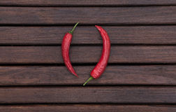 De donkere houten textuur met Spaanse pepers Stock Afbeeldingen