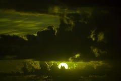 De donkere humeurige hemel van de olijfzonsondergang Royalty-vrije Stock Afbeelding