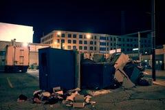 De donkere industriële stedelijke hoek van de stadsstraat met afval en huisvuil Stock Afbeeldingen
