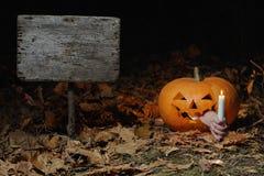 De donkere kaars van de nachtpompoen steekt de manier aan Stock Afbeeldingen