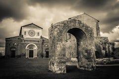 De donkere kerk van San Pietro in Tuscania Stock Foto