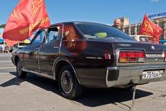 De donkere kleuren van Nissan Cedric GL bij de tentoonstelling van uitstekende auto's Stock Afbeelding