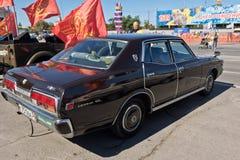De donkere kleuren van Nissan Cedric GL bij de tentoonstelling van uitstekende auto's Stock Fotografie