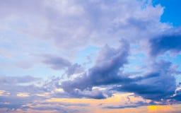De donkere kleurrijke stormachtige bewolkte achtergrond van de hemelfoto Stock Foto