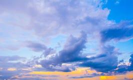 De donkere kleurrijke stormachtige bewolkte achtergrond van de hemelfoto Royalty-vrije Stock Afbeelding