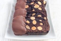 De donkere koekjes van chocoladebiscotti met amandelen, die met gesmolten horizontale chocolade worden behandeld, Royalty-vrije Stock Afbeelding