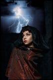 De donkere koningin van het spook in een donker kasteel stortte in, veroorzakend bliksemritssluiting magische handen zichtbare ve Stock Afbeelding