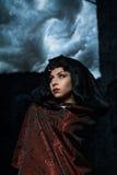 De donkere koningin van het spook in een donker kasteel stortte, zichtbare vernietiging van de kasteelmuur en donkere onweerswolk Royalty-vrije Stock Afbeeldingen