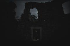 De donkere koningin van het spook in het donkere geruïneerde kasteel gloeit in de donkere nacht Royalty-vrije Stock Foto