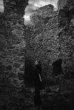 De donkere koningin van het spook in het donkere geruïneerde kasteel gloeit met donkere wolken, zichtbare muren van geruïneerd Royalty-vrije Stock Afbeeldingen