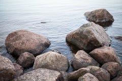 De donkere kuststenen lagen in water Royalty-vrije Stock Afbeelding
