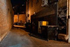 De donkere lege enge stedelijke steeg van de stadsstraat bij nacht Stock Fotografie