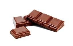De donkere melkchocola verspert geïsoleerde stapel Stock Afbeeldingen