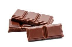 De donkere melkchocola verspert stapel op een wit Royalty-vrije Stock Foto's