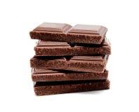 De donkere melkchocola verspert stapel op een wit Stock Foto's