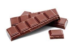 De donkere melkchocola verspert stapel op een wit Stock Afbeeldingen