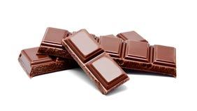 De donkere melkchocola verspert stapel op een wit Stock Afbeelding