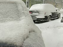 De donkere natuurrampenwinter, blizzard, verlamde de zware sneeuw de wegen van de stadsauto, instorting Sneeuw behandelde cycloon Stock Foto