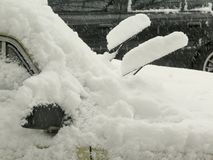 De donkere natuurrampenwinter, blizzard, verlamde de zware sneeuw de wegen van de stadsauto, instorting Sneeuw behandelde cycloon Royalty-vrije Stock Foto's