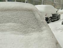 De donkere natuurrampenwinter, blizzard, verlamde de zware sneeuw de wegen van de stadsauto, instorting Sneeuw behandelde cycloon Stock Foto's