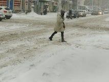 De donkere natuurrampenwinter, blizzard, verlamde de zware sneeuw de wegen van de stadsauto, instorting Sneeuw behandelde cycloon Royalty-vrije Stock Foto