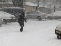 De donkere natuurrampenwinter, blizzard, verlamde de zware sneeuw de wegen van de stadsauto, instorting Sneeuw behandelde cycloon Royalty-vrije Stock Afbeelding