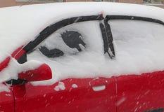 De donkere natuurrampenwinter, blizzard, verlamde de zware sneeuw de wegen van de stadsauto, instorting Sneeuw behandelde cycloon Stock Afbeeldingen