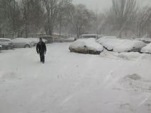 De donkere natuurrampenwinter, blizzard, verlamde de zware sneeuw de wegen van de stadsauto, instorting Sneeuw behandelde cycloon Stock Afbeelding