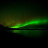 De donkere Noordelijke verlichte Lichten van de nachthemel Stock Fotografie