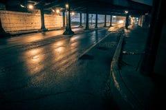 De donkere onderdoorgang van de de treinbrug van de stadssteeg industriële bij nacht Royalty-vrije Stock Foto's